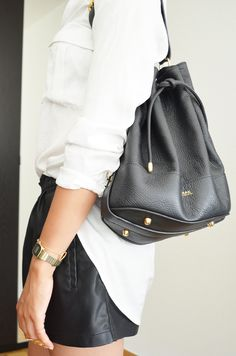Black & White. Apc Bag, Fall Winter Outfits, Summer Outfits, Gold Outfit, Style Minimaliste, Business Look, Minimal Fashion, Summer Wardrobe, Autumn Fashion