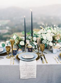Elegant organic wedding tablescape + dark blue candles + calligraphy menu as napkins – Hochzeit in Blau, Hellblau und Eisblau - Wedding Table Wedding Table Decorations, Wedding Table Settings, Place Settings, Wedding Arrangements, Floral Arrangements, Setting Table, Table Arrangements, Vintage Weddings Decorations, Outdoor Wedding Centerpieces