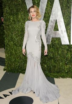 Miley Cyrus wearing a Dazzling Dress and she's looks so Elegant! :)