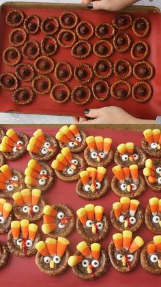 Turkey pretzel treats for thanksgiving! Thanksgiving dessert treat idea for a pa. - Turkey pretzel treats for thanksgiving! Thanksgiving dessert treat idea for a party or potluck. Dulces Halloween, Fete Halloween, Halloween Dinner, Halloween Desserts, Halloween Food For Party, Holiday Desserts, Holiday Treats, Halloween Recipe, Halloween Cupcakes