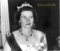 A diamond tiara necklace combination, made by Kochert and given as a wedding present by Princess Victoria Louise to her daughter-in-law, Princess Ortrude of Schleswig-Holstein. Designed as a diamond bow, topped with a large diamond and flanked by large scrolls.