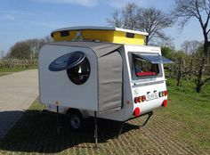 …Unable to find a camper that he liked, Dutch tinkerer Jurgen Jas built this impressive micro-camper himself… Apparently this camper, which weighs less than 500 kilograms lbs), gets miles per gallon when towed. Jas' website provides more photos . Small Campers, Cool Campers, Retro Campers, Rv Campers, Tiny Trailers, Small Trailer, Vintage Trailers, Camper Trailers, Bike Trailer