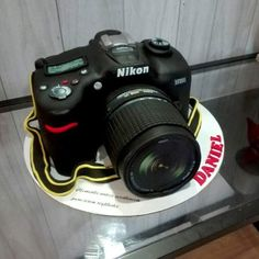 a cake in the form of a photographic camera, for a photograph lover. Crazy Birthday Cakes, Crazy Cakes, Fancy Cakes, 15th Birthday, Car Cakes For Men, Camera Cakes, Dad Cake, Latest Camera, Berry Cake