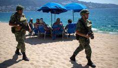 Soldados patrullan una playa de Acapulco.