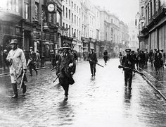Armed anti-Treaty members of the Irish Republican Army (IRA) in Grafton Street, Dublin during the Irish Civil War. (Photo by Walshe/Getty Images). Photo b/w, history, city view. Ireland Pictures, Old Pictures, Old Photos, Ireland 1916, Irish Independence, Irish Republican Army, Grafton Street, Rare Historical Photos, Before Us