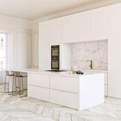 Parquet clair. Cuisine blanche mat. Plan de travail et crédence marble.