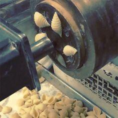 AU SECOURS. Ces coquilles m'hypnotisent. | 22 GIFs de pâtes qu'on pourrait regarder en boucle