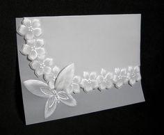 Convite em papel vegetal folha simples, com desenhos em relevo e detalhes em prateado. Impressão e tag no corpo do convite, sem curto adicional. Dimensões aproximadas: 22x20cm. Pedido mínimo: 20 unidades. R$ 8,50
