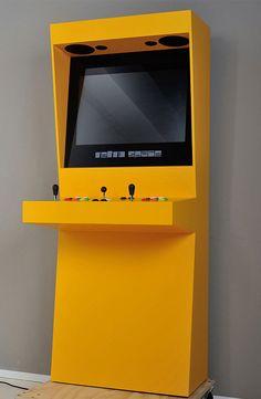 Retro Space Arcade Cabinets. Una vuelta al pasado con esta cabina retro para videojuegos. Equipada con una pantalla LCD de 27 pulgadas, varios joysticks, un trackball, botones de todos los colores, y dos altavoces.