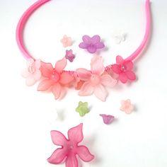 Hårbøjle m. acrylblomster og perler