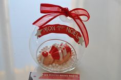 boule de noel magnifique figurine bébé fille en fimo et Boule en verre de 10cm decoration de noel : Décorations murales par les-petites-mains-magic