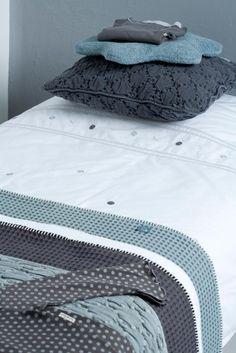 Koeka dekens en kussens  Koeka, verkrijgbaar bij www.living-in.nl