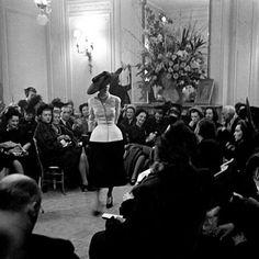 Happy Birthday New Look! No dia 12 de fevereiro de 1947 Christian Dior apresentou ao mundo sua linha Corolle e reescreveu a história da moda. Por isso a maison decidiu celebrar seus 70 anos não no aniversário da abertura da primeira butique na Avenue Montaigne em 16 de dezembro de 1946 mas no advento do New Look. Um desfile comemorativo de alta-costura impactante pilotado pela nova estilista Maria Grazia Chiuri vem sendo mantido a sete chaves mas dois eventos já prometem: o lançamento de um…