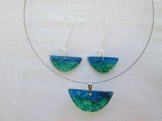 Hermoso conjunto hecho a manohec  cuyo colorido verde y azul recuerda  el mundo submarino...