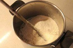 Aggiungete la fecola di patate e mescolate finchè il composto non sarà fluido e senza grumi. Quando il latte sarà bollente sollevate la stecca di vaniglia e versatelo a filo nel composto di zucchero, uova e farina e continuate a mescolare. Posate la casseruola sul fornello a fiamma bassa. Una volta arrivati al punto di ebollizione togliete la crema dal fuoco e lasciatela raffreddare, ricoprendola con una pellicola trasparente in modo tale che non si formi la pellicina.