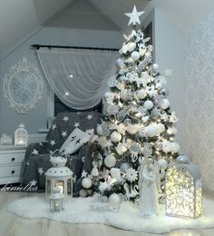 100 White Christmas Decor Ideas Which are Effortlessly Elegant & Luxurious - Hike n Dip Here are best White Christmas Decor ideas. From White Christmas Tree decor to Table top trees to Alternative trees to Christmas home decor in White & Silver Elegant Christmas Trees, Silver Christmas Tree, Christmas Tree Themes, Beautiful Christmas, Christmas Tree Decorations, Christmas Home, White Christmas, Christmas Holidays, Holiday Decor