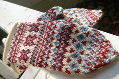 Lapland Mittens pattern by Toshiyuki Shimada (嶋田俊之) Knitted Mittens Pattern, Knit Mittens, Knitted Gloves, Knitting Socks, Knitting Patterns, Knitting Ideas, Norwegian Knitting, Yarn Organization, Yarn Shop