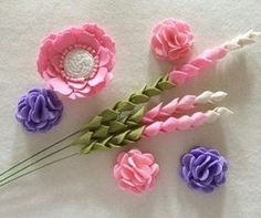 make felt lavender ile ilgili görsel sonucu Tissue Paper Flowers, Cloth Flowers, Diy Flowers, Fabric Flowers, Felt Flowers Patterns, Felt Flower Tutorial, Felt Wreath, Felt Embroidery, Felt Decorations