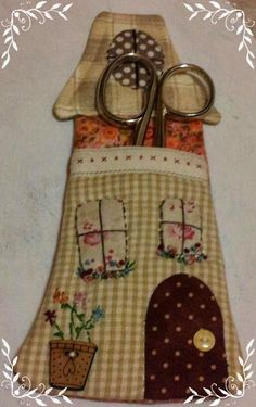 Sabelapatch: Casita guarda-tijeras going with the line drawing House Quilts, Fabric Houses, Patch Quilt, Wool Applique, Applique Quilts, Felt Crafts, Fabric Crafts, Quilting Projects, Sewing Projects