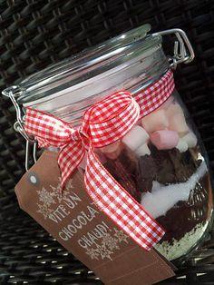 La meilleure recette de Bocaux de chocolat chaud au marshmallow *Cadeau gourmand*! L'essayer, c'est l'adopter! 5.0/5 (3 votes), 6 Commentaires. Ingrédients: 50g de lait en poudre -50g de cacao non sucré -50g de sucre -100g de pépites de chocolat -100g de mini chamalows Christmas Mood, Xmas, Diy Cadeau Noel, Goodie Bags, Diy Kits, Marshmallow, Teacher Gifts, Entrees, Mason Jars