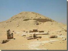 De piramide en dodentempel van Teti, Noord-Sakkara. Teti was de eerste farao van de 6de dynastie. Hij volgde farao Oenas op, de laatste farao van de 5de dynastie. Een van zijn koninginnen was Ipoet, waarschijnlijk een dochter van Oenas. Een tweede vrouw was koningin Choeit. Beide vrouwen kregen een eigen piramide, noordwestelijk gelegen van die van Teti. Lees het volledige artikel over deze piramide op Kemet.nl