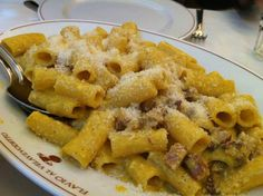 Roman Food Classics: Pasta alla Carbonara and Cacio e Pepe | http://www.eatingitalyfoodtours.com/2013/07/17/roman-food-carbonara/
