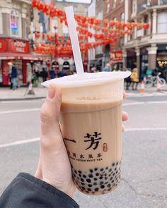 Ill continue drinking warm Milk Tea with tapioca pearls until Spring arrives in London. Bebidas Do Starbucks, Starbucks Drinks, Yummy Drinks, Yummy Food, Bubble Tea Supplies, Boba Drink, Bubble Milk Tea, Think Food, Cafe Food