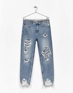 Mom fit jeans with ripped knees | Bershka #ripped #momfit #jeans #knees #woman #bershka