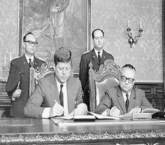 Esta fotografía, tomada el día 16 de diciembre de 1961 en Caracas (Venezuela), muestra el instante en que los respectivos presidentes de Estados Unidos y Venezuela, John Fitzgerald Kennedy (en la imagen, a la izquierda) y Rómulo Betancourt (a la derecha), firmaron un acuerdo económico entre sus respectivos países, en el marco de la denominada Alianza para el Progreso