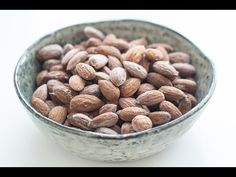 Recipe for super simple and very delicious salted almonds. They are perfect as a snack or in between to meals. Great when having guests. Done in 40 minutes! Low Carb Recipes, Snack Recipes, Healthy Recipes, Healthy Cooking, Healthy Snacks, Roasted Nuts, Yummy Eats, Mozzarella, Food Hacks