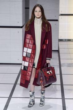 Anya Hindmarch RTW Fall 2016 | WWD Avangard Fashion, Fashion Week, Couture Fashion, Fashion Show, Woman Fashion, Hijab Fashion, Fashion Design, Anya Hindmarch, Vintage Couture