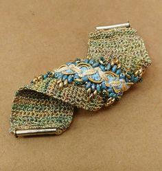 passamaneria e perline ricamate su un bracciale fatto all'uncinetto