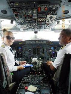 foto Sistema Solar, Pilot Uniform, Female Pilot, Dream Job, Funny Pictures, Around The Worlds, Cabin, Pilots, Nice Legs