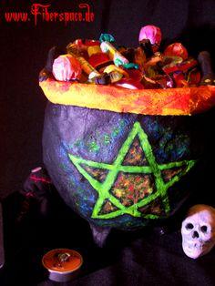 Halloween ist schon wieder ziemlich nah. Und wer gut vorbereitet sein will, sollte sich jetzt schon mit der Dekoration für die Halloweenparty auseinandersetzen. Die kann man (inzwischen gibt es ja ziemlich geniale Sachen) kaufen, muss man aber nicht. Denn mit etwas Arbeitsaufwand und Kreativität lässt sich aus ganz simplen Sachen so ein genialer magischer Hexenkessel basteln.    Ein Hex ...