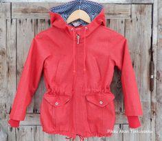Pikku Akan Tilkkuvakka: Punainen farkkutakki kevätkeleihin