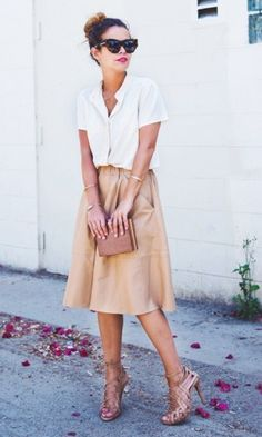 Styling midi skirts: How to combine the trendy skirts 2019 - Business Looks // Büro-Mode // Office Outfits - Damenmode Midi Rock Outfit, Midi Skirt Outfit, Midi Skirts, Pencil Skirts, Flowy Skirt, Long Skirts, Skirt Outfits, Beige Skirt Outfit, Tan Skirt