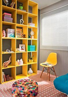 Nichos coloridos ... e como fundo a tonalidade escura da parede, contraste lindo!!