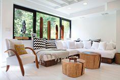 Snyggt vardagsrum med stubbbord!