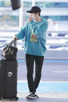 There's just so much to love about EXO's Chanyeol—from his rapping to his visuals, and now his sense of fashion. Here are 10 airport fits that EXO-Ls loved. Mustang Jacket, Formal Jacket, Park Chanyeol Exo, Sehun, Nike Neon, Yellow Coat, Airport Style, Airport Fashion, Boy Fashion