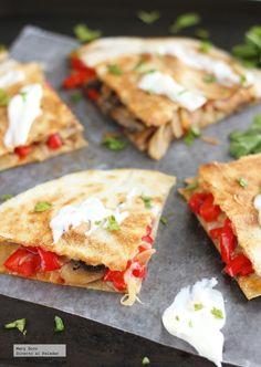 Receta de quesadillas de champiñones, pimientos y queso gouda. Con fotografías paso a paso, consejos y sugerencias de degustación. Recetas de co...