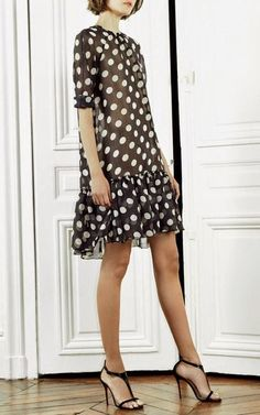 Go for a relaxed casual outfit in a black and white polka dot shift dress. On the footwear front, this getup pairs perfectly with black leather heeled sandals. Dress Skirt, Dress Up, Mode Glamour, White Polka Dot Dress, Polka Dots, Polka Dot Dresses, Luxury Dress, Fashion Show, Fashion Design