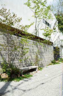 高槻の庭 Landscape Design, Garden Design, Compound Wall, Japan Garden, Modern Landscaping, Outdoor Walls, Log Homes, Entrance, Exterior