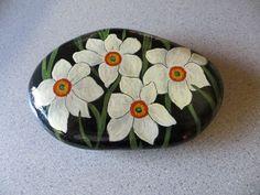 Painted stones Pebble Painting, Pebble Art, Stone Painting, Rock Painting, Hand Painted Rocks, Painted Stones, Painted Flowers, Painted Pebbles, Pebble Stone
