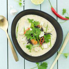 En exotisk och god soppa, kallas för thailändsk kokosmjölksoppa med silkestofu och blomkål. #vegeterian Ost, Vegetarian, Ethnic Recipes