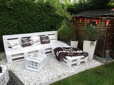 Take a look at these pallet patio DIY sofa ideas to turn your patio into a cozy, chic, glamorous, rustic, retro place for relaxing Pallet Garden Furniture, Outdoor Furniture Plans, Pallets Garden, Furniture Ideas, Palette Furniture, Furniture Stores, Banquette Palette, Patio Diy, Wood Patio