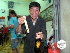 Een populaire plek in #Hué die zijn naam al jaren hooghoudt is Lạc Thiên. Je kunt er heerlijke Vietnamese specialiteiten eten, zoals de loempia's van rijstpapier die je zelf kunt vouwen. Maar de grootste specialiteit is de bieropener van de eigenaar, die inmiddels wereldberoemd is en hij – door het slaan van een spijker in een houten plank – zo voor je naknutselt om mee naar huis te nemen. #Vietnam #beer #bieropener