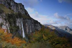 Las 10 mejores rutas de senderismo de España para hacer en otoño | Skyscanner-Cascada del Asón, Cantabria