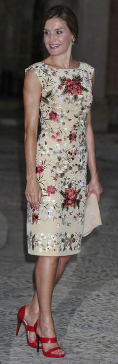 Doña Letizia debuted a short sheath silhouette fitted dress, a cream background, an all-over floral embroidered pattern, cap sleeves, bateau neckline, and appears to be shirred on the left waist. A bespoke piece by Juan Duyos made from mantón de Manila. Doña Letizia accessorised with familiar bespoke pieces by Magrit and a new pair of gold flower dangle earrings 'Almond' Flower' by Helena Nicolau (€110). Queen Letizia of Spain on August 4, 2017 in Palma de Mallorca, Spain.