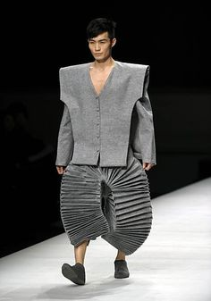 """""""Accordion Pants"""" - ist das bald der neueste Modeschrei? Diese Akkordeon-Hosen haben es am 16. März 2012 sogar auf die Website www.accordions.com gebracht. Stichworte: #Accordion, #World, #Fashion"""