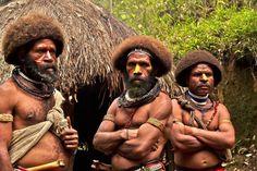 Удивительных племен много. Вот эти папуасы из Новой Гвинеи с помощью ритуалов заставляют волосы расти быстрее, чтобы создать новую прическ...  Huli Wigmen Papua New Guinea